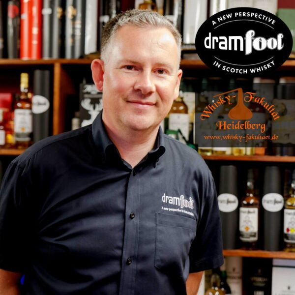 Bruce Farquhar of Dramfool and Dramfool and Whisky-Fakultät Logos